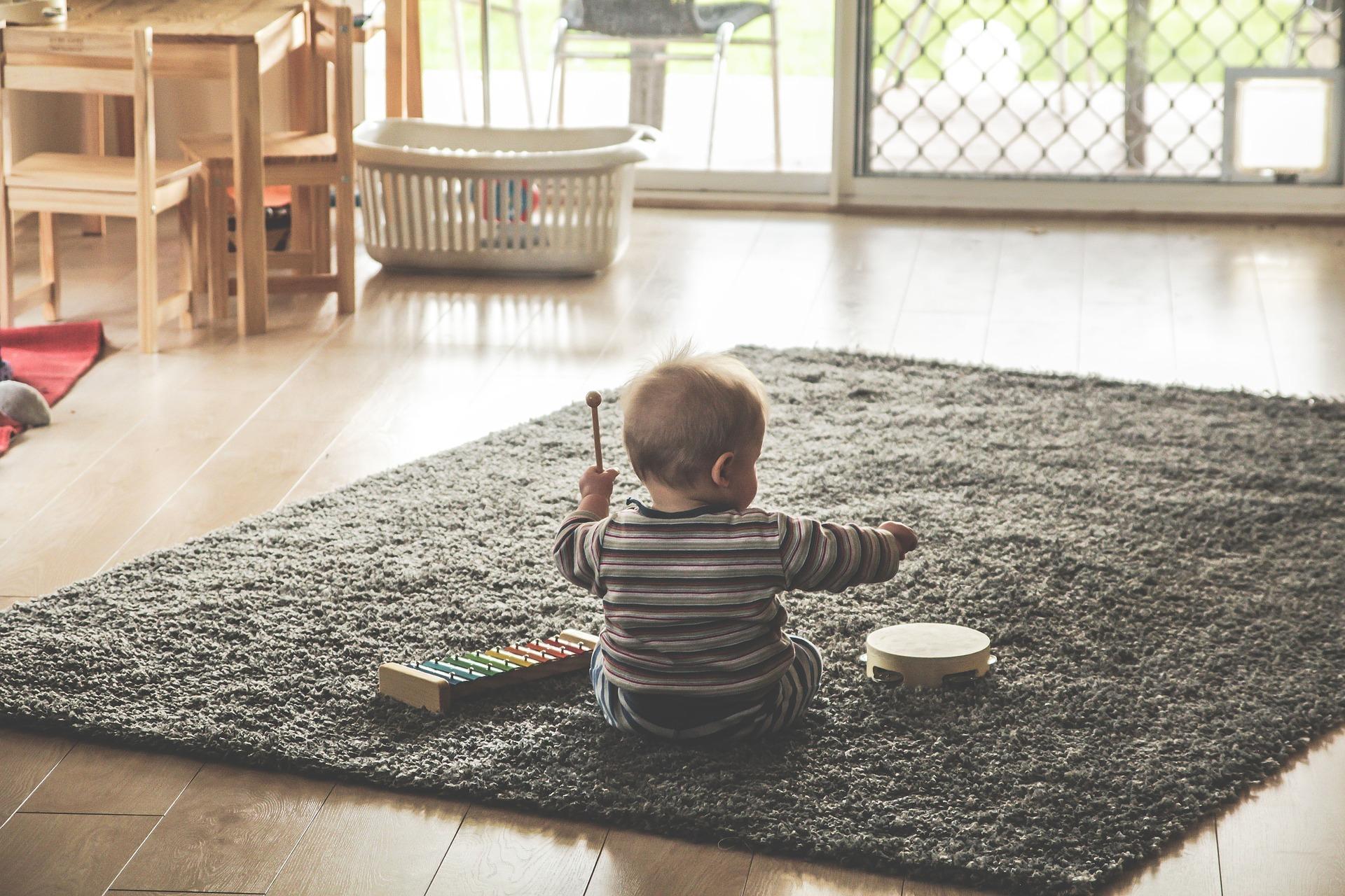 Mio figlio non gioca da solo. Come posso fare?